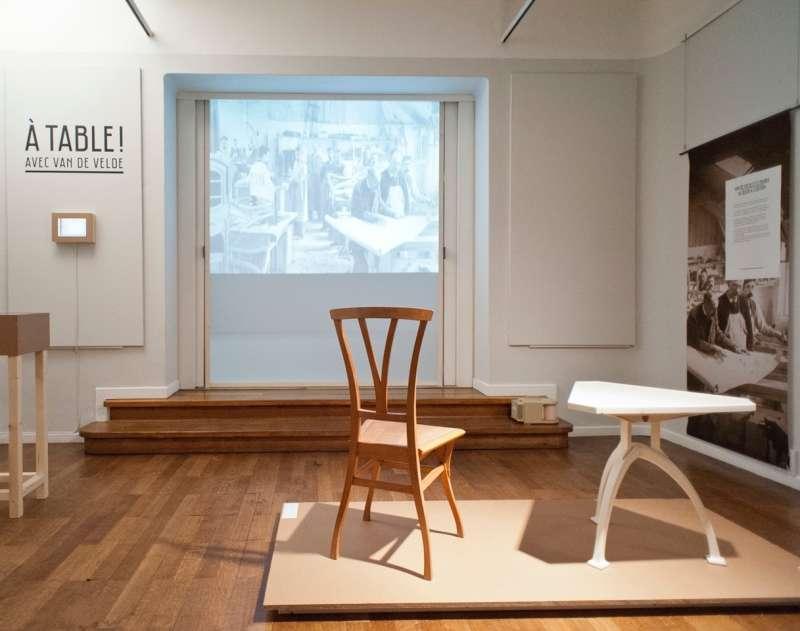 """Vue de l'exposition """"À table ! avec van de Velde"""", La Cambre, Bruxelles, 2013. Photo Michel Bries @ENSAV-La Cambre, Bruxelles"""